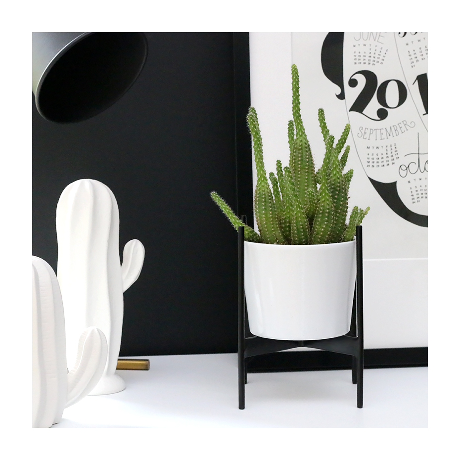 porte plante en m tal noir par madam stoltz. Black Bedroom Furniture Sets. Home Design Ideas