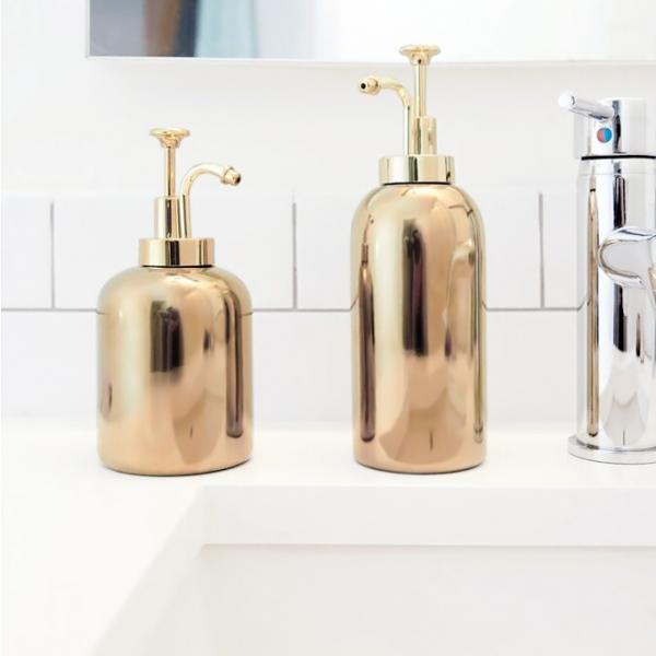 Distributeur de savon dor par kikkerland for Accessoire salle de bain dore